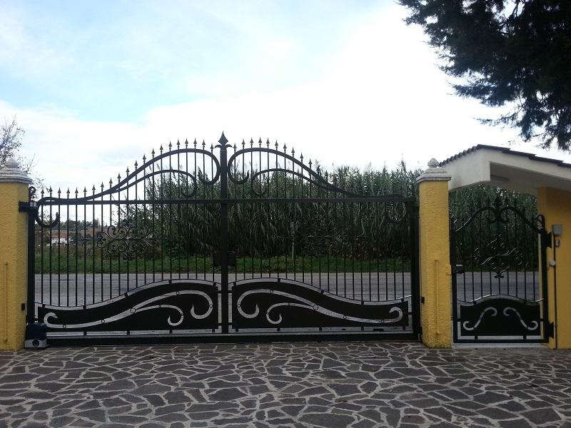 Cancello scorrevole e cancelletto pedonale chiuso con lamiere decorate