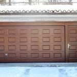 Porta sezionale con porticina pedonale inclusa
