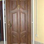 Portone di ingresso chiuso con pannello in alluminio finto legno