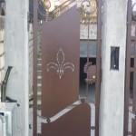 Cancello pedonale chiuso con lamiera con decori realizzati al plasma