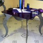 Tavolo in ferro e vetro viola
