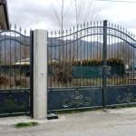 Cancello in ferro con disegno sottostante realizzato con l'ausilio del taglio al plasma